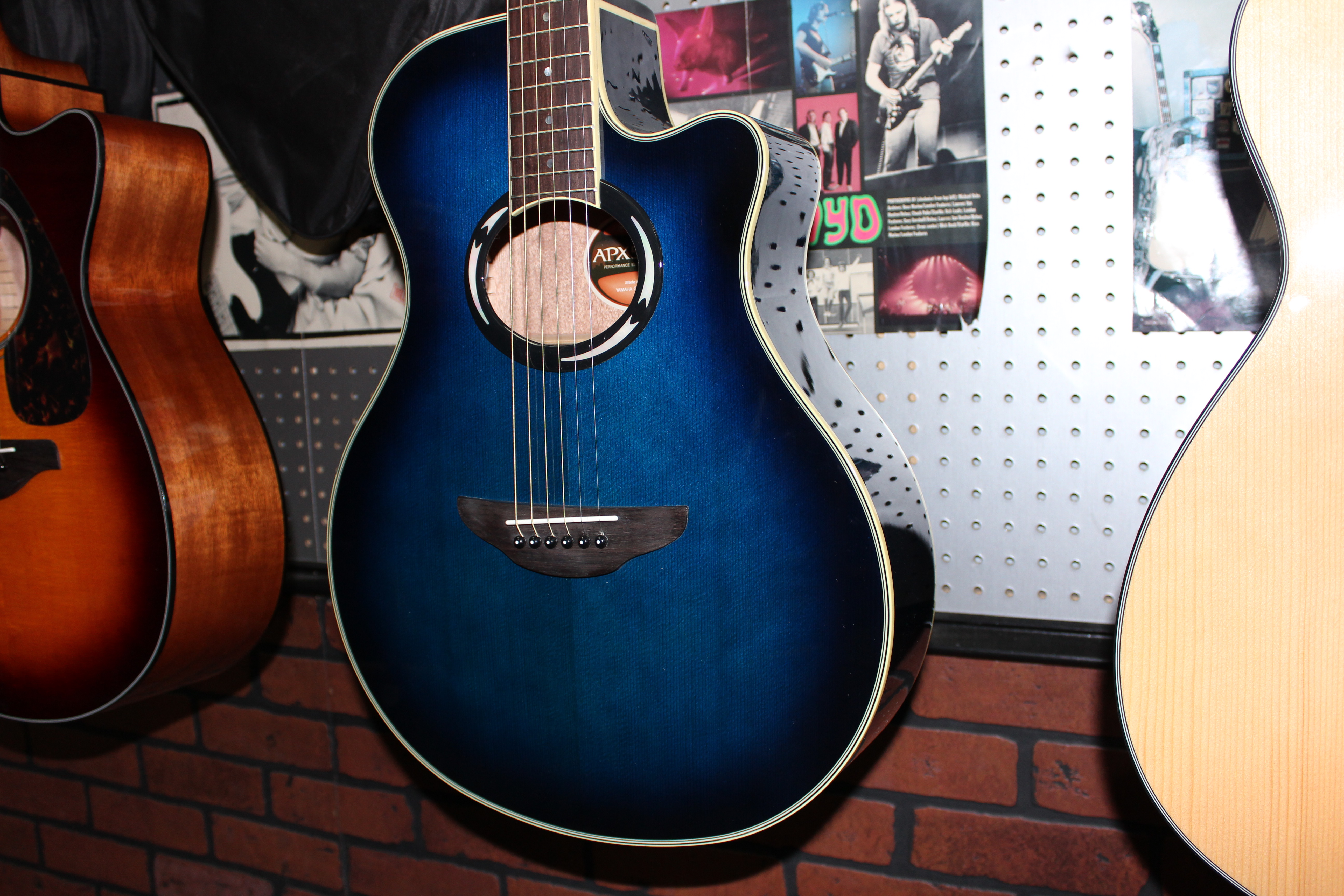 2 of the most popular acoustic electric s in the world guitars united. Black Bedroom Furniture Sets. Home Design Ideas